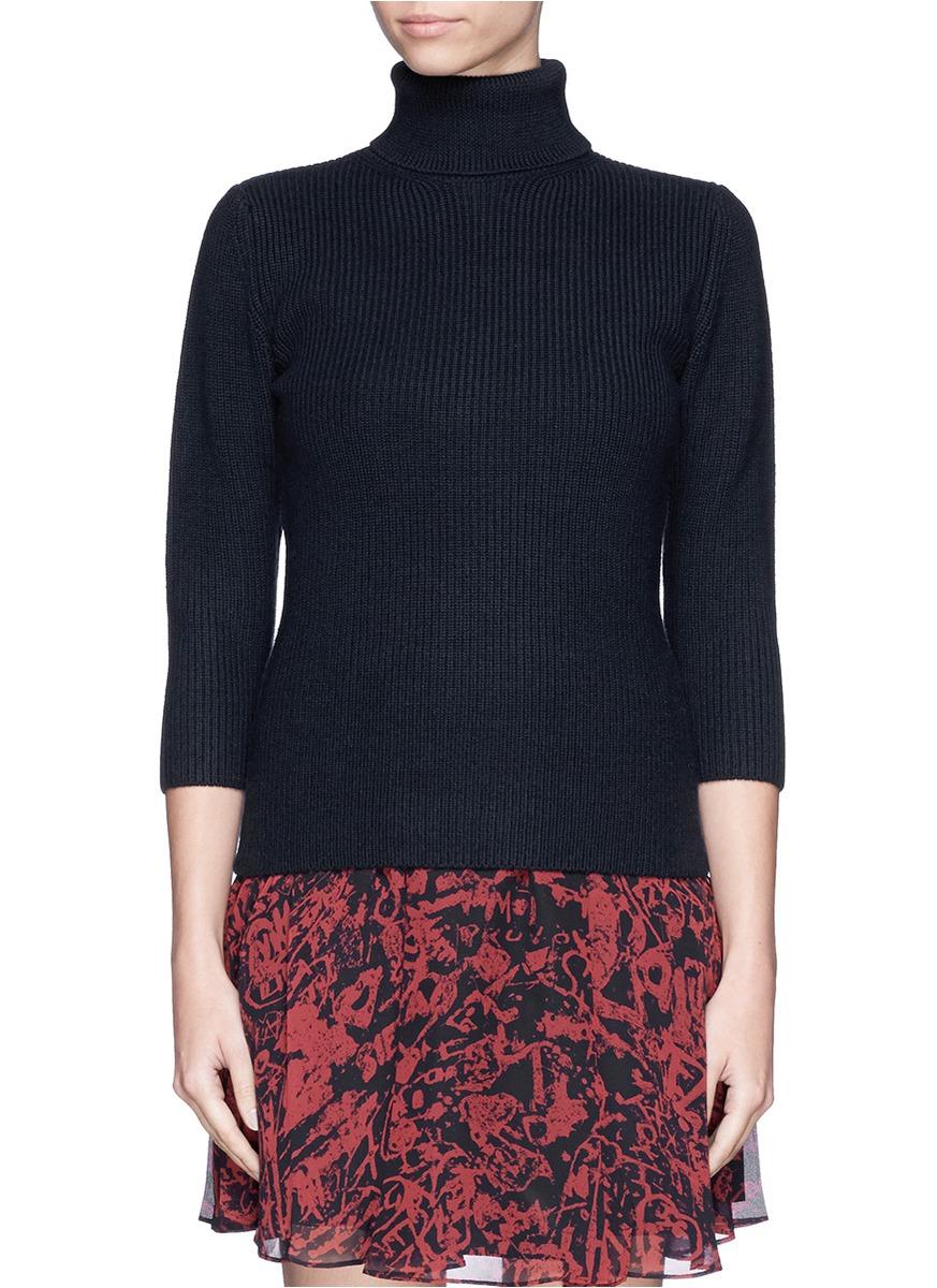 设计俘虏人心,这款针织衫采用最简单的罗纹针织法,勾勒出沉稳的立领