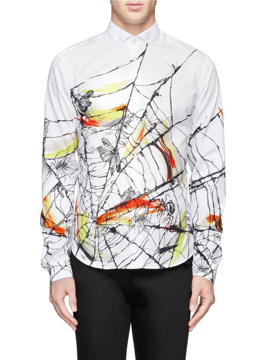 此款长袖衬衫重点落在衣身的图案上,设计师以蜘珠捕食的情境为主题图片