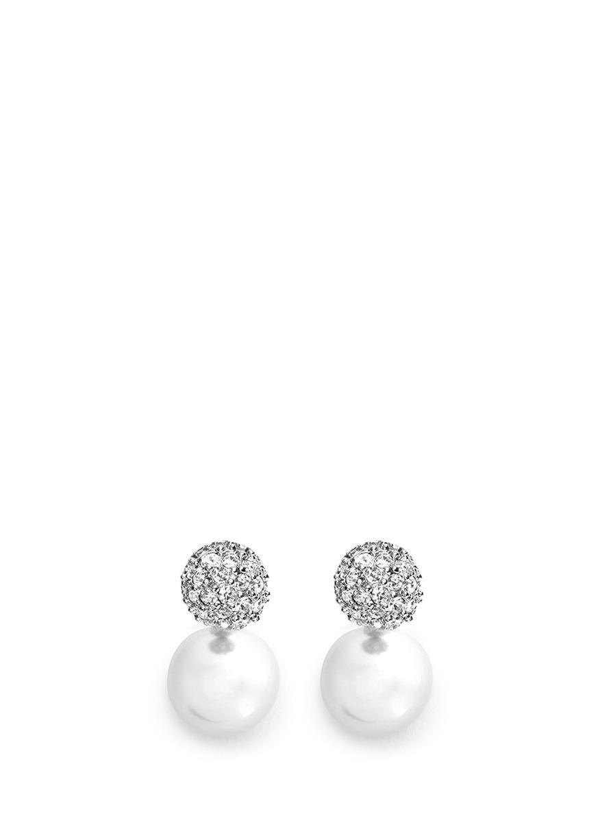 与圆润亮泽的珍珠构成优雅的垂坠设计