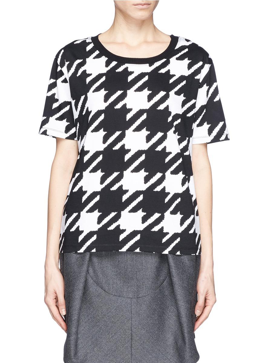 sandro这款t恤以纯棉面料制作,轻薄透气,并以黑白拼色的犬牙花纹吸引