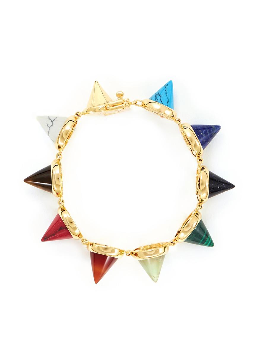 伊迪波哥此款手链融合了摇滚朋克元素和优雅瑰丽感觉,采用圆锥形铆钉
