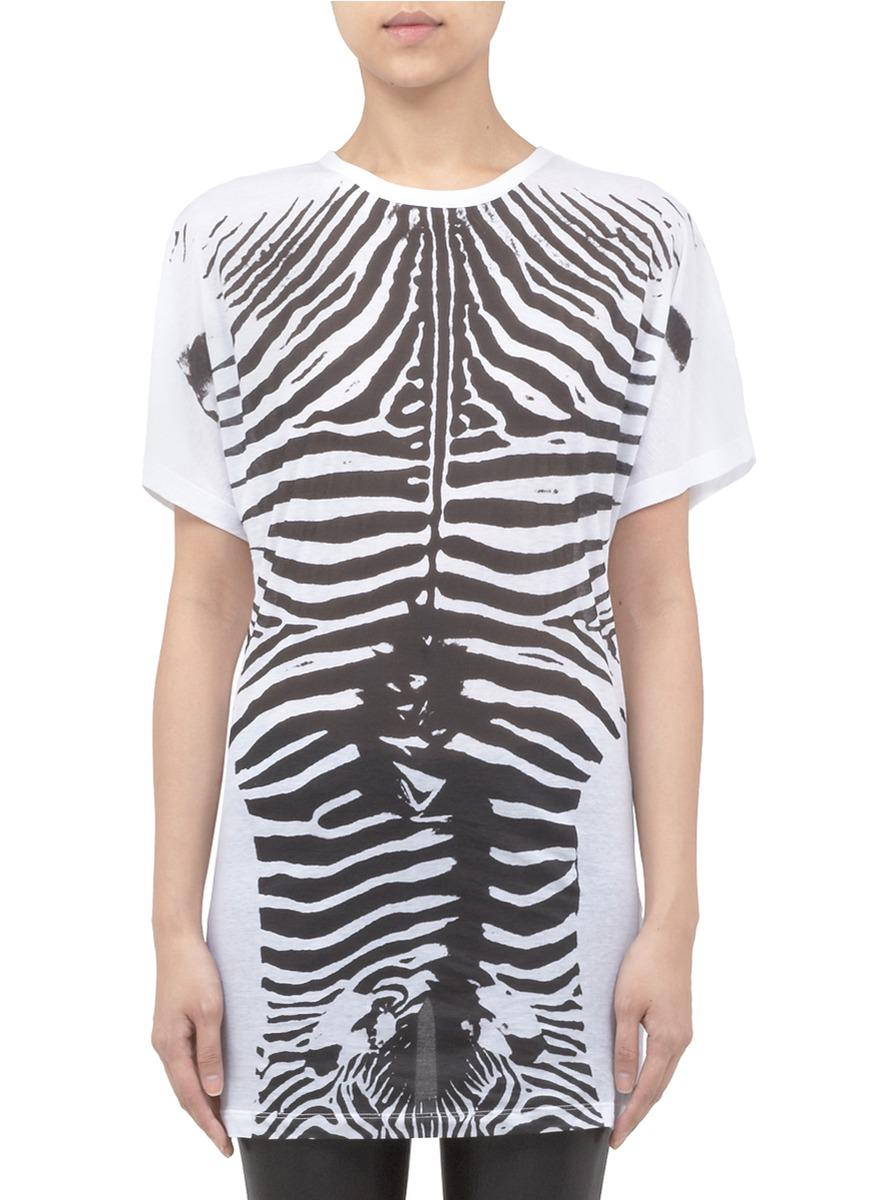 斯特拉麦卡特尼t恤,以斑马纹拼成骷髅般的图案,别具潮流趣味.