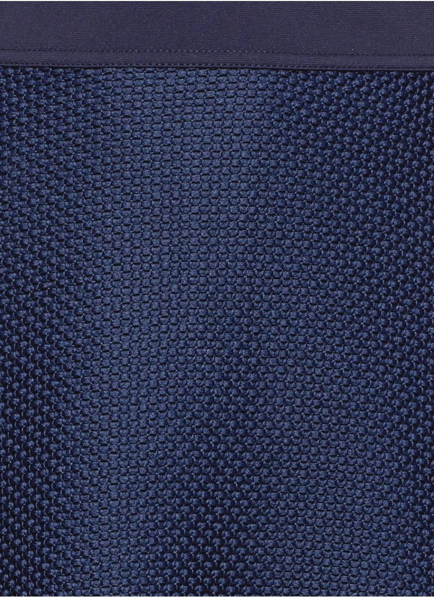 Sandro融合了法式街头风格与青春动感特色,为您打造独特的活力造型。这款短裙以编织网眼面料制成,最适合打造时下流行的高级时尚运动风格。简约的A字型剪裁结合沉稳藏蓝色,非常百搭,不论搭配套头上衣还是针织衫都能打造出随性感觉。