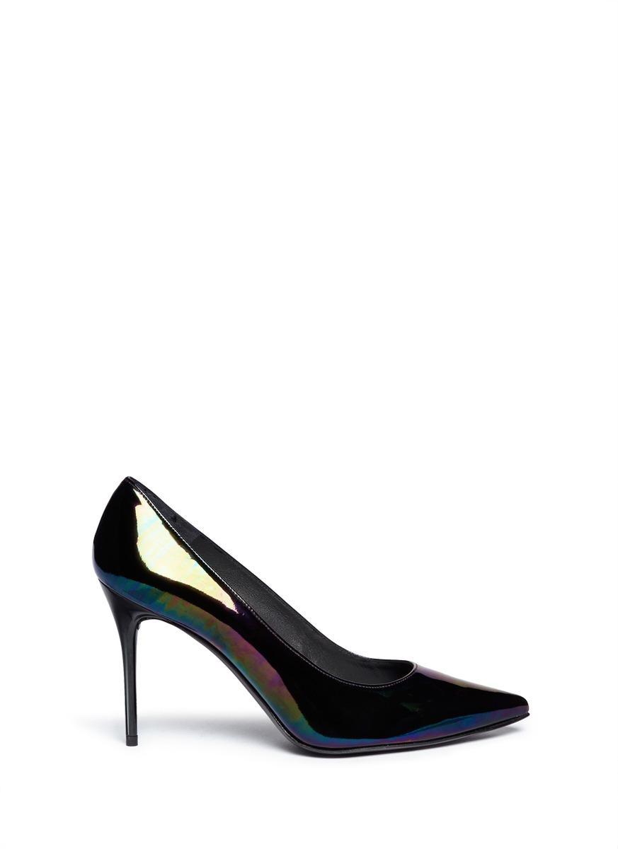 专注设计经典款式,打造舒适耐穿的脚感,这一款高跟鞋采用独特的金属感