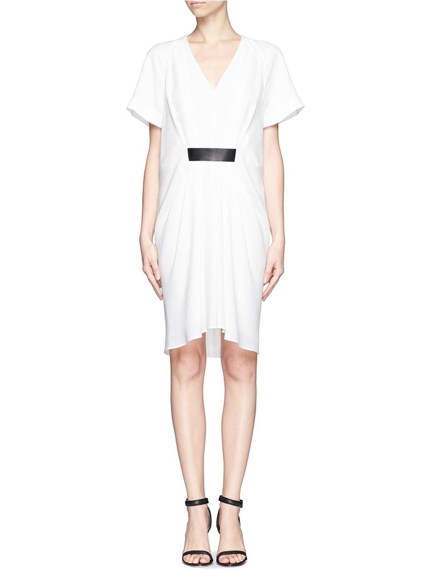 alexander wang这款连衣裙设计颇为巧妙,以腰为中心,向上下以x型聚成图片