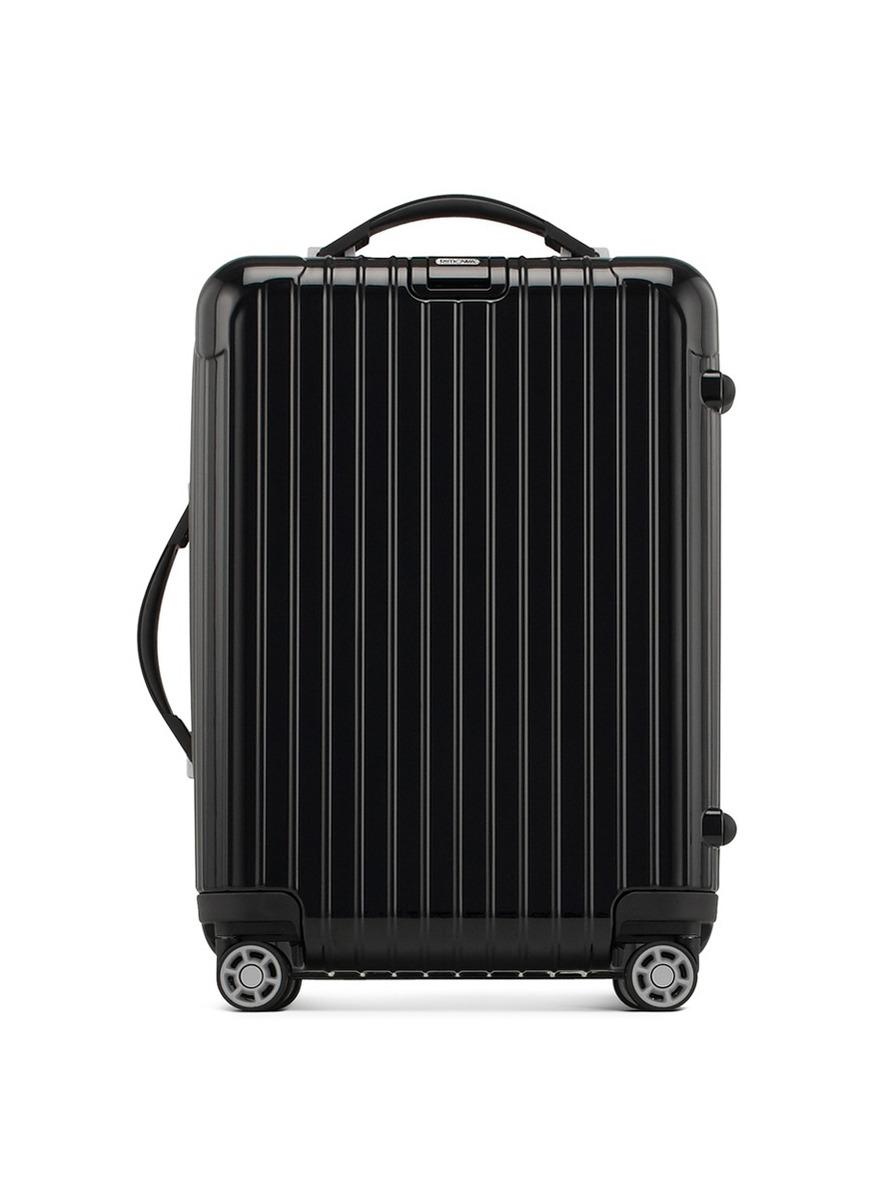 来自RIMOWA的Salsa Deluxe系列行李箱在经典Salsa系列基础上进行改良,细节部件及设计上都更为豪华,采用超轻的聚碳酸酯外壳以及Multiwheel 系统滚轮,坚固耐用、轻巧易推。而这款旅行箱符合国际航空运输协会的尺寸要求,是登机箱的最佳选择,智能的内部设计可供妥善整理个人物品,让您随时可以轻松开启一段无忧旅途。