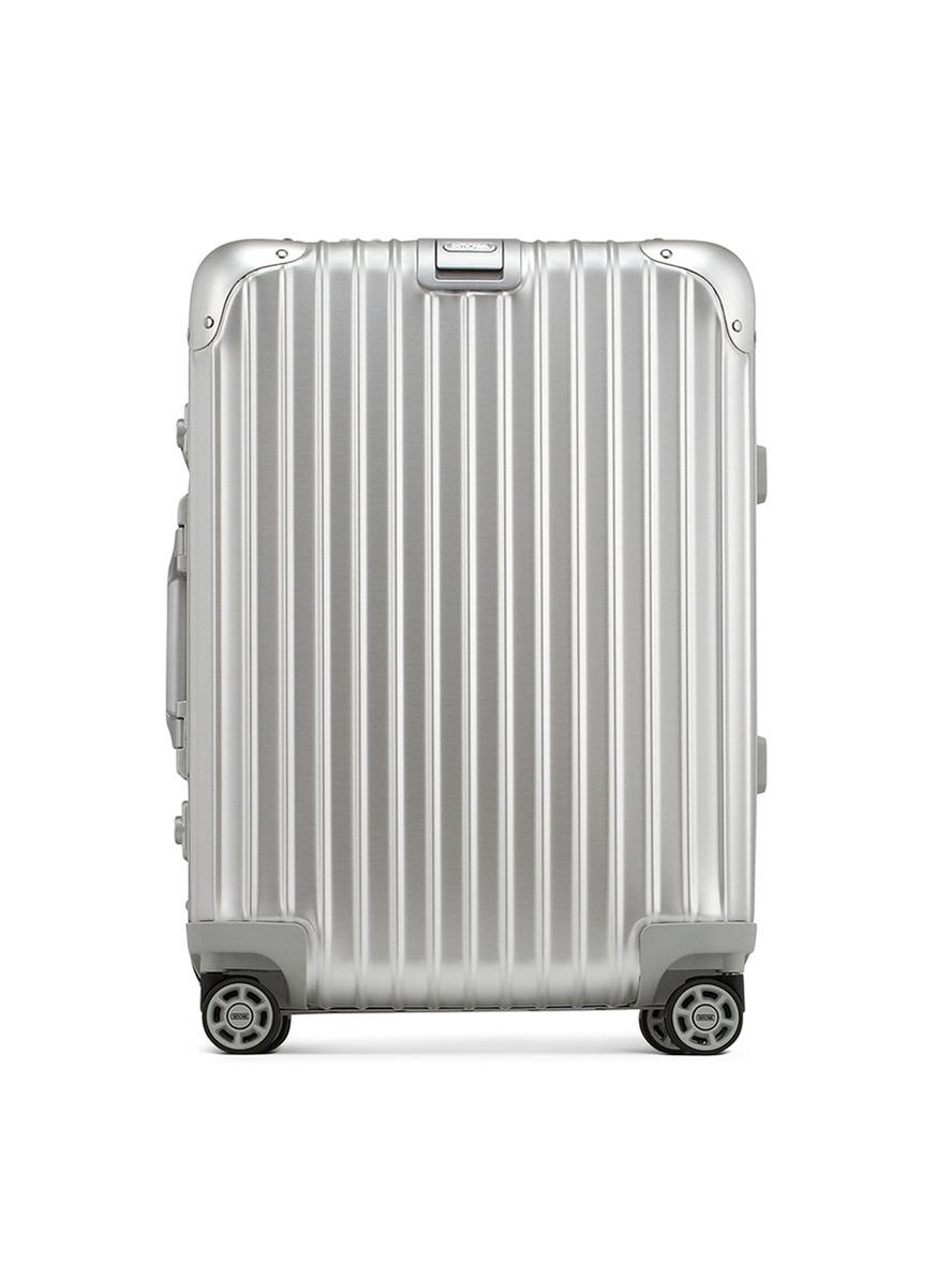 作为RIMOWA最受欢迎的系列之一,Topas以其轻巧坚固的设计、完美的性能及充满未来感的外观而极具吸引力。采用Multiwheel 系统滚轮,移动推拉时毫不费劲,轻松便捷并且非常安静。这款旅行箱符合国际航空运输协会的尺寸要求,是登机箱的最佳选择,智能的内部设计可供妥善整理个人物品,让您随时可以轻松开启一段无忧旅途。
