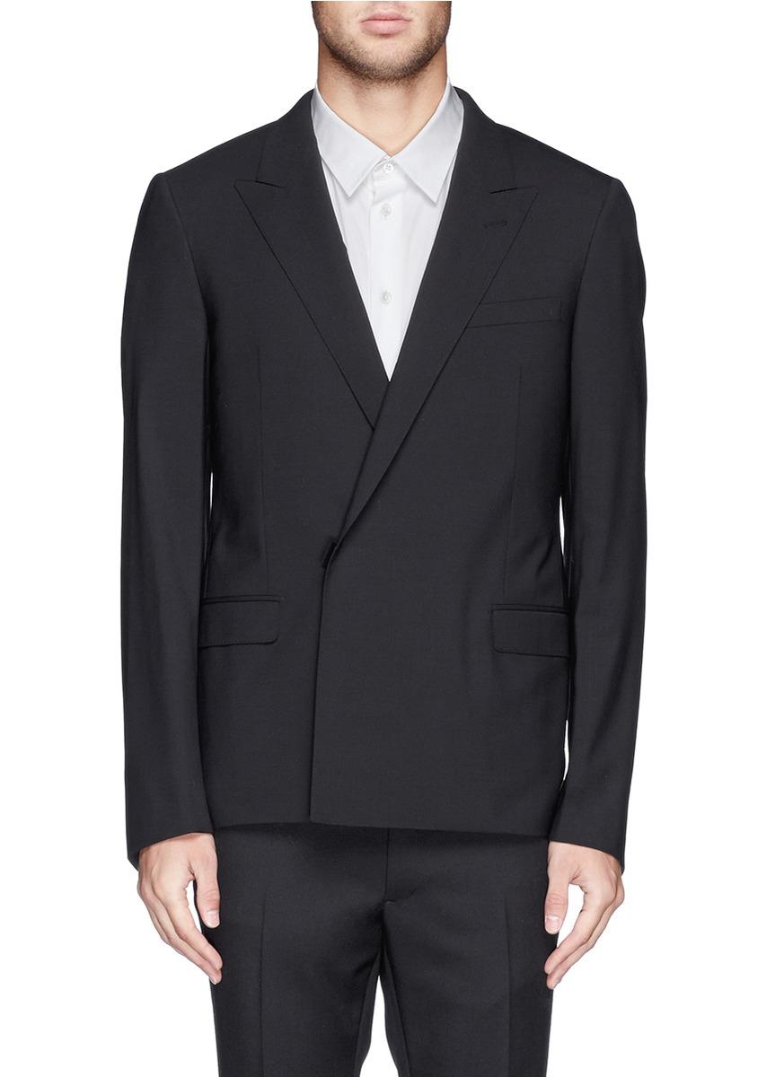 男士黑色外套搭配白色衬衣