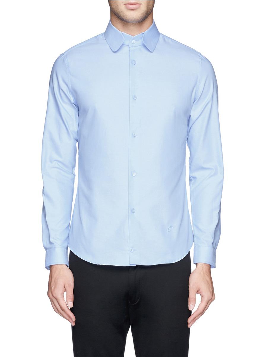 卡纷这款衬衫最大的亮点是其拼接翻领设计,别致的方形切口领与众不同