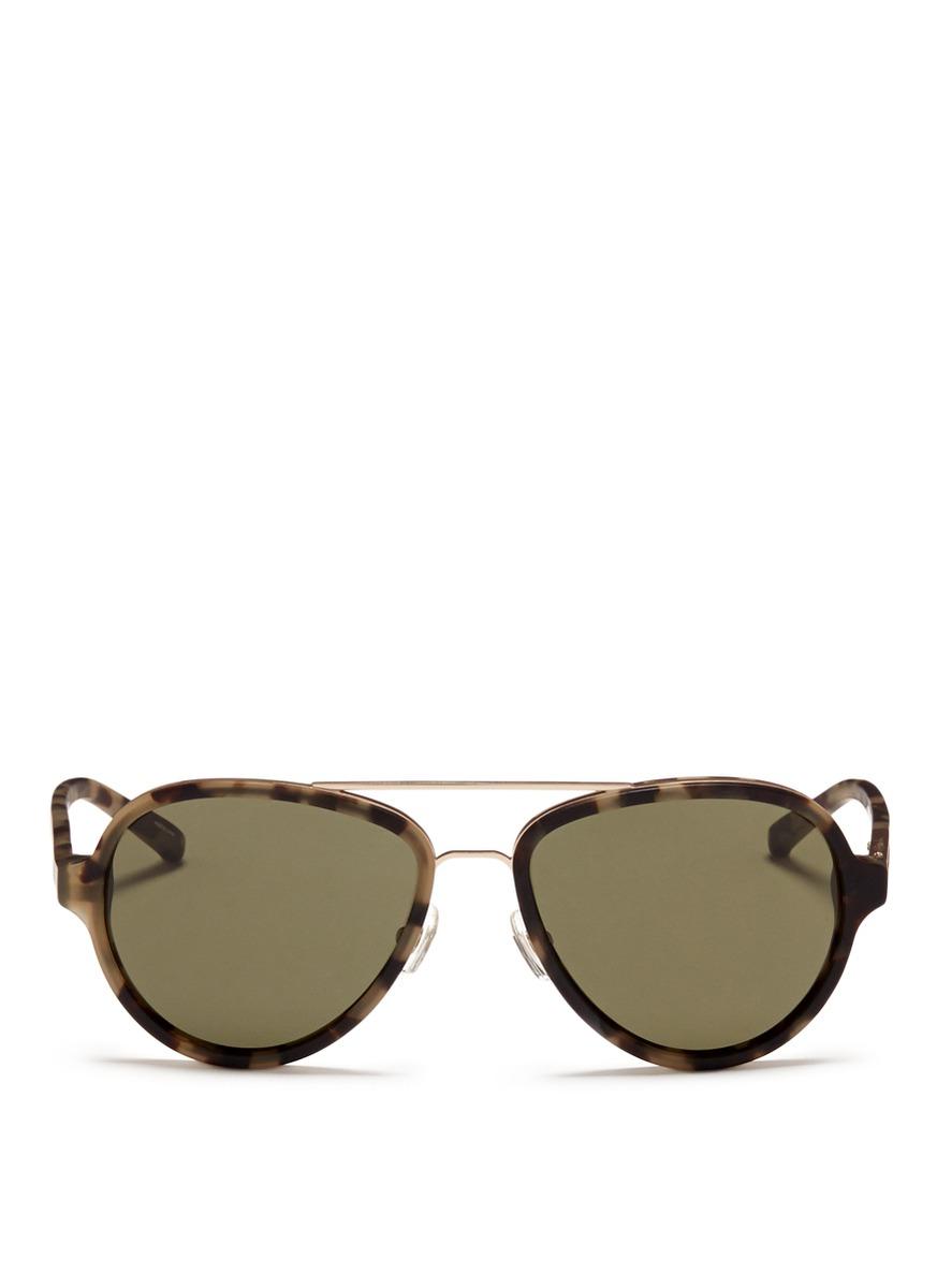 加上经典飞行员太阳眼镜采用的双棱鼻托设计,为酷感造型增添优雅贵气