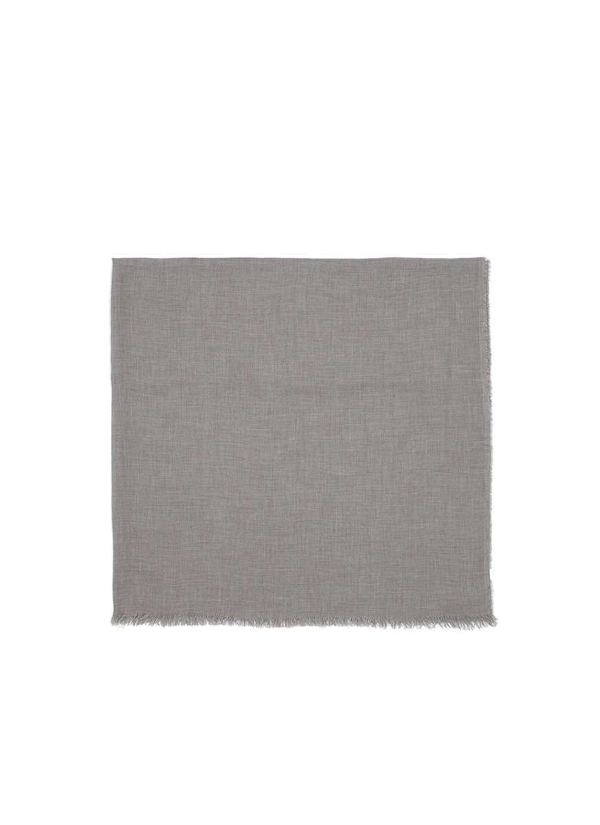 藕荷色羊绒大衣搭配围巾