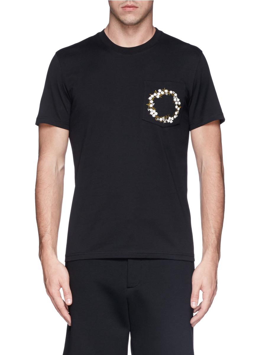 纪梵希新季以大量花卉图案作为设计元素,此款t恤剪裁上保持简约利落