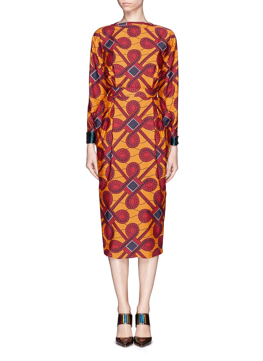 jean的标志性设计,此款连衣裙以中国结为主题