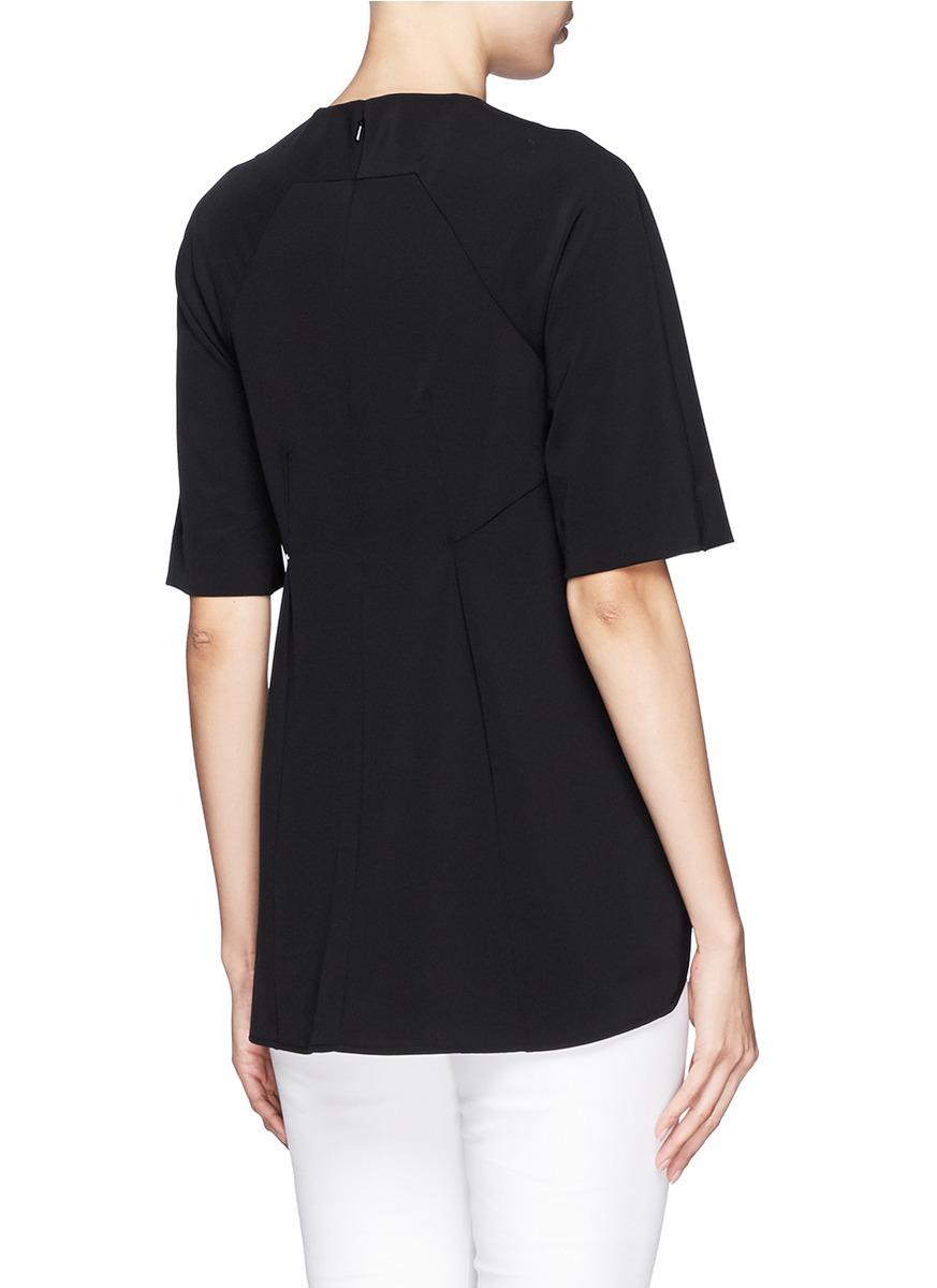 短袖上衣设计采纳了永不过时的简约哲学,没有任何夸张的装饰,只于背面