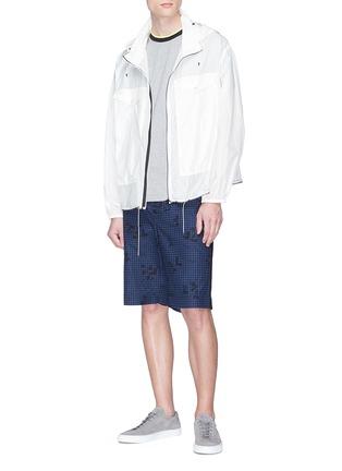 模特儿示范图 - 点击放大 - Moncler - 拼色条纹衣领纯棉T恤