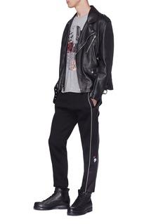 Alexander McQueen 玫瑰骷髅头刺绣缎面侧条纹休闲裤