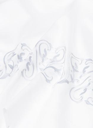 细节 –点击放大 - FRETTE - Ornate Medallion特大双人床叶片刺绣纯棉四件套-奶白色及浅灰蓝色