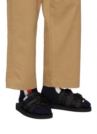 模特儿示范图 - 点击放大 - SUICOKE - 搭带凉鞋