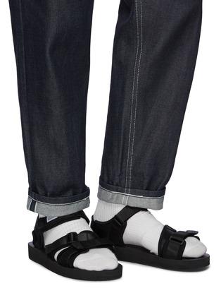 模特儿示范图 - 点击放大 - SUICOKE - Kisee-V三重尼龙搭带凉鞋