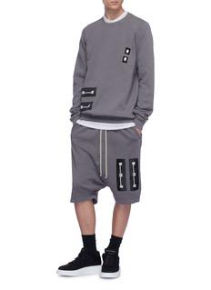 Rick Owens DRKSHDW 长凳缎面贴饰低裆抽绳短裤
