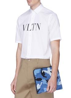Valentino 铆钉点缀迷彩手拿包