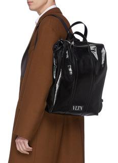 Valentino VLTN品牌名称涂层托特双肩包