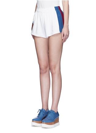 正面 - 点击放大 - STELLA MCCARTNEY - 条纹徽章绉绸休闲短裤