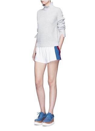 模特示范图 - 点击放大 - STELLA MCCARTNEY - 条纹徽章绉绸休闲短裤