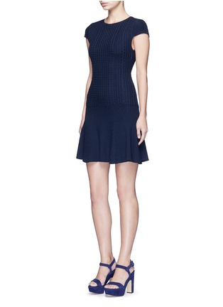 模特示范图 - 点击放大 - ALICE + OLIVIA - DACEY麻花条纹羊毛连衣裙