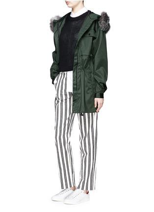 模特儿示范图 - 点击放大 - AREA - 皮草镶边连帽凹凸圆点大衣