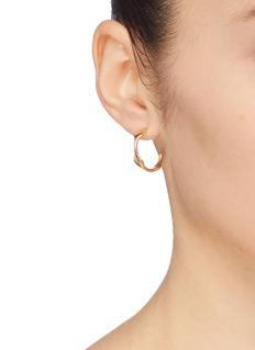 J.HARDYMENT  Single Long Face 17mm镀金波浪开口圆环纯银耳环