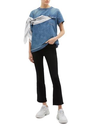 模特儿示范图 - 点击放大 - sacai - 民族风布饰拼接牛仔上衣