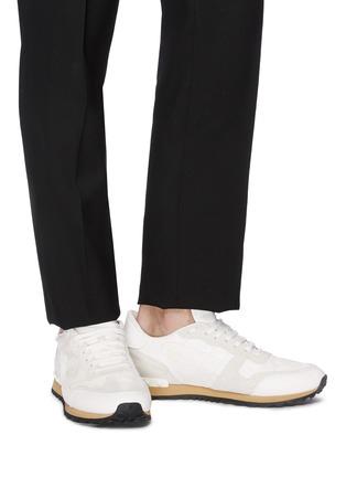 模特儿示范图 - 点击放大 - Valentino - Camouflage Rockrunner铆钉点缀拼接设计迷彩运动鞋
