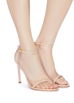 模特儿示范图 - 点击放大 - Stuart Weitzman - Nudistsong漆皮搭带高跟凉鞋