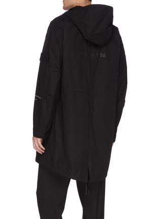 背面 - 点击放大 - Moncler Genius - x Fragment Hiroshi Fujiwara品牌名称布饰拼贴派克大衣