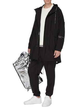 模特儿示范图 - 点击放大 - Moncler Genius - x Fragment Hiroshi Fujiwara品牌名称布饰拼贴派克大衣