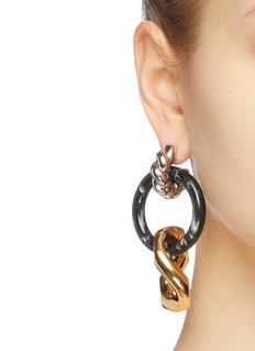 Balenciaga 小号树脂圆环扭纹金属吊坠耳环
