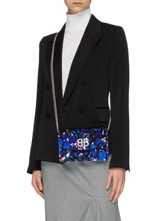 Balenciaga BB标志花卉印花天鹅绒链条钱包