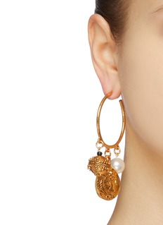 Oscar de la Renta 人造珍珠及硬币吊坠不对称耳环