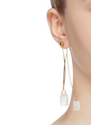 模特儿示范图 - 点击放大 - Ejing Zhang - Meso纱线树脂及淡水珍珠吊坠耳环