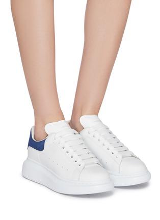 模特儿示范图 - 点击放大 - ALEXANDER MCQUEEN - 绒面皮拼贴小牛皮厚底运动鞋