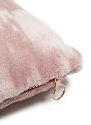 细节 –点击放大 - Tom Dixon - Soft深浅纹理马海毛天鹅绒靠垫-粉色(43厘米)