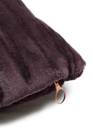 细节 –点击放大 - TOM DIXON - Soft深浅纹理马海毛天鹅绒靠垫-酒红色(43厘米)