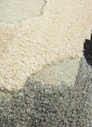 细节 –点击放大 - TOM DIXON - Abstract毛绒质感抽象图案靠垫-灰色