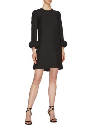模特儿示范图 - 点击放大 - Valentino - Pagine搭叠荷叶边袖口初剪羊毛混丝小黑裙