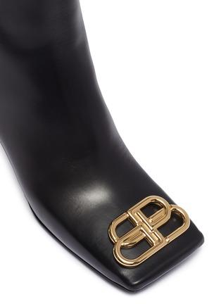 细节 - 点击放大 - Balenciaga - BB金属缀饰真皮方头粗跟短靴