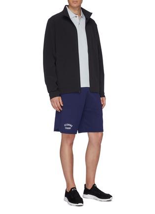 模特儿示范图 - 点击放大 - Reigning Champ - Varsity品牌标志松紧裤腰短裤