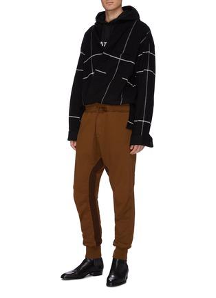 模特儿示范图 - 点击放大 - Haider Ackermann - Moonshape绗缝细节拼色抽绳纯棉休闲裤