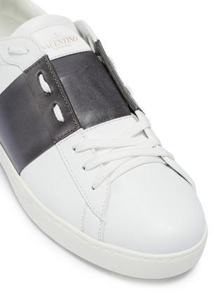 细节 - 点击放大 - Valentino - Valentino Garavani Open铆钉点缀金属感条纹真皮运动鞋