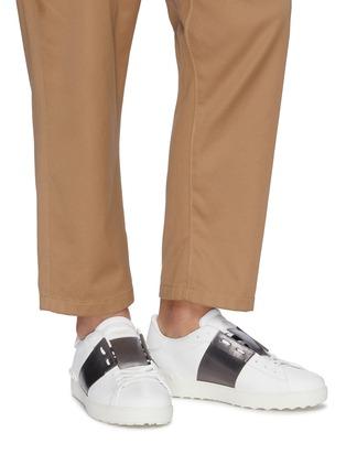 模特儿示范图 - 点击放大 - Valentino - Valentino Garavani Open铆钉点缀金属感条纹真皮运动鞋